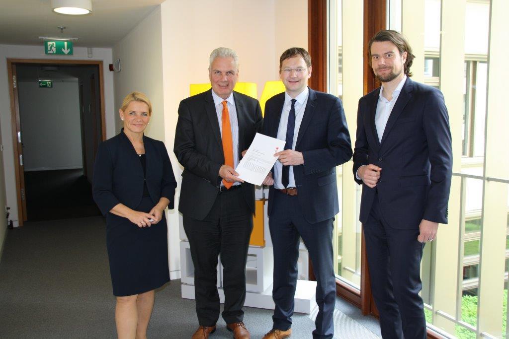 Übergabe der Düsseldorfer Erklärung an den Bauminister Bayerns, Dr. Hans Reichhart